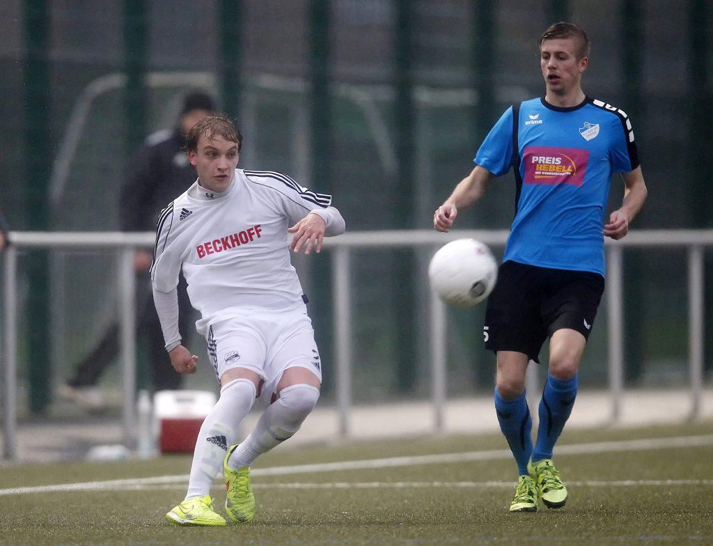 Janick Schiermeyer (links) wechselt vom Landesliga-Spitzenreiter SC Verl II an die Berglage. (Bild: H. Martinschledde)