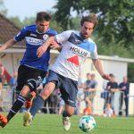 Daniel Burger Zweikampf gegen Arminia Bielefeld - Erste Mannschaft