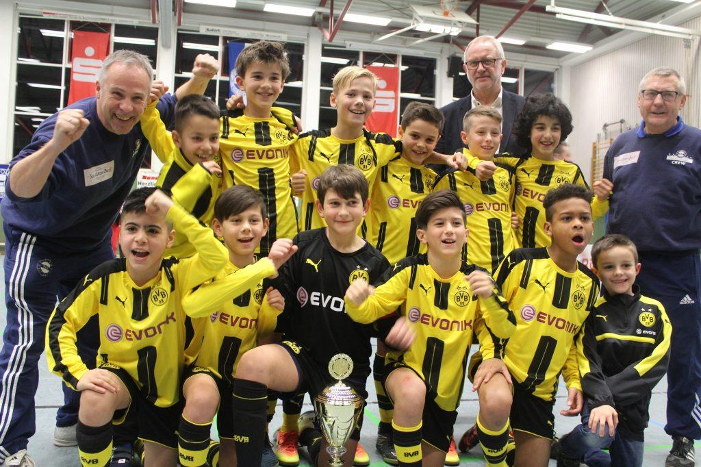 Trotz der Auftaktniederlage gegen Borussia Mönchengladbach, sichern sich die Jungs der U11 von Borussia Dortmund den Turniersieg beim 23. U11 Sparkassen-Cup 2017. Bild: Reinkemeier