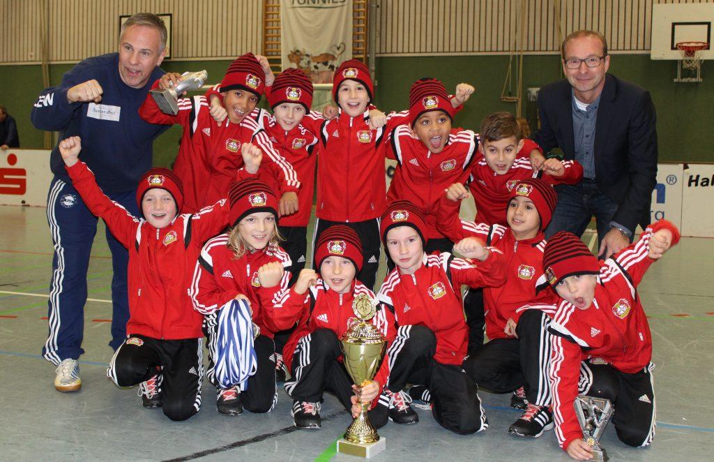 Bayer 04 Leverkusen sicherte sich bei der 22. Auflage des U9 Sparkassen-Cups 2016 den begehrten Pokal. Ihnen reichte das bessere Torverhältnis gegenüber Borussia Dortmund.